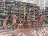 Photo de nus en public devant la statue de Bredene (belgique)